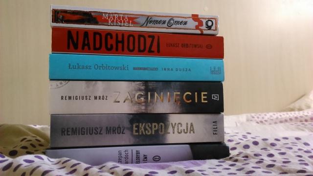 Stosik książek, które przywiozłam w domu w celu zdobycia autografów. Co tam bolące ramię, skoro dostałam takie dedykacje!